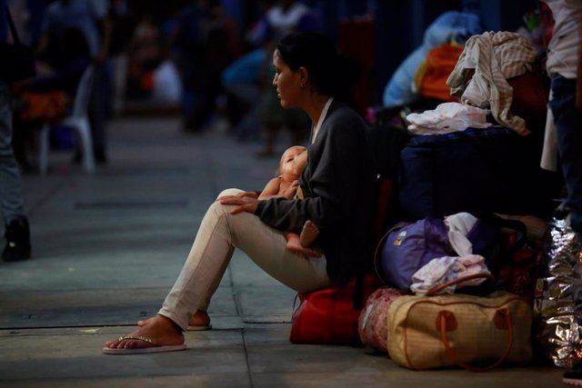 A Venezuelan migrant breastfeeds her baby at the Binational Border Service Cente