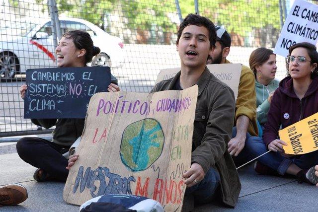 El movimiento estudiantil 'Fridays for future' contra el cambio climático se concentra frente al Congreso de los Diputados en Madrid