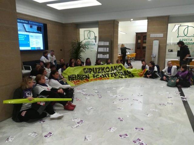 LAB realiza una sentada en la sede de la Diputación de Gipuzkoa para reivindicar un convenio digno en residencias