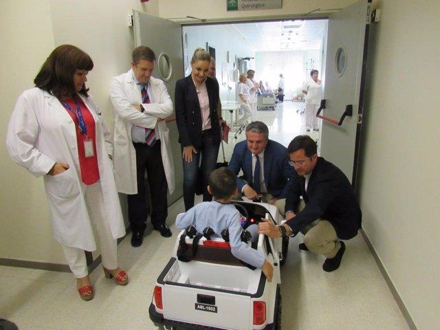 Almería.-El Hospital de Poniente recibe cuatro mini coches eléctricos para reducir el estrés en pacientes pediátricos