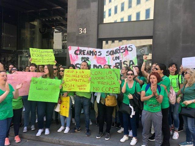 Una treintena de educadoras de infantil se manifiestan ante el Congreso contra el nuevo convenio del sector
