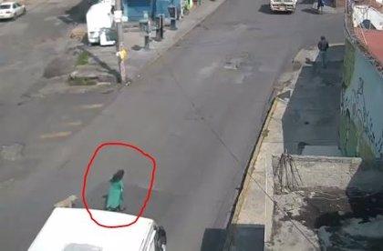 Un autobús atropella a una mujer en Naucalpan (México) y sobrevive al brutal impacto