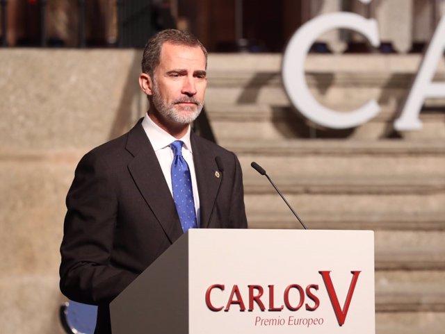 El Rey Felipe planta un árbol en Cáceres