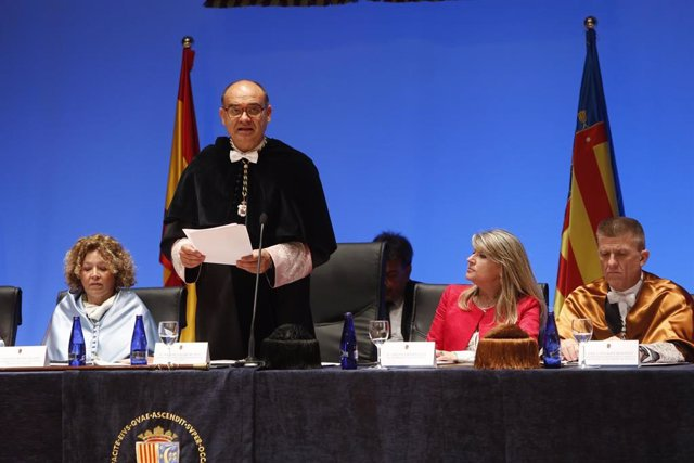 """El rector de la UA reclama el Grado de Medicina citando el evangelio de Mateo: """"Al que no tiene, se le quitará"""""""
