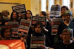 Una cinquantena de treballadors del Consell Comarcal de l'Alt Empordà protesten al ple per reclamar millores laborals (ACN)