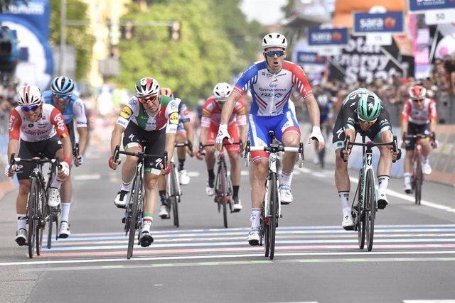 AV.- Ciclismo/Giro.- Démare (FDJ) gana el esprint del Giro en Módena tras una fea caída que anuló a varios rivales