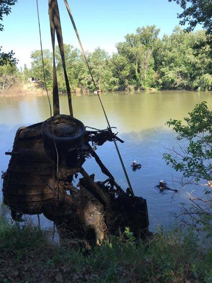 Extraen del Pisuerga en Valladolid un vehículo que podría llevar más de 20 años sumergido