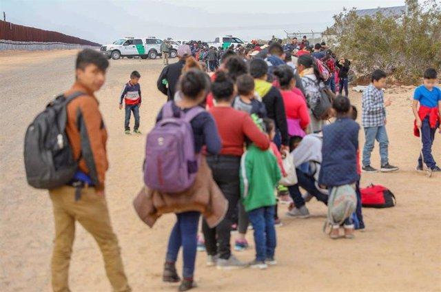 EEUU.- EEUU redistribuye a más de 700 agentes fronterizos ante la creciente llegada de migrantes