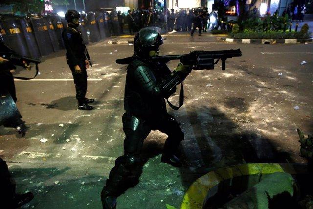 Indonesia.- La Policía emplea gases lacrimógenos en una protesta contra la reelección de Joko Widodo como presidente