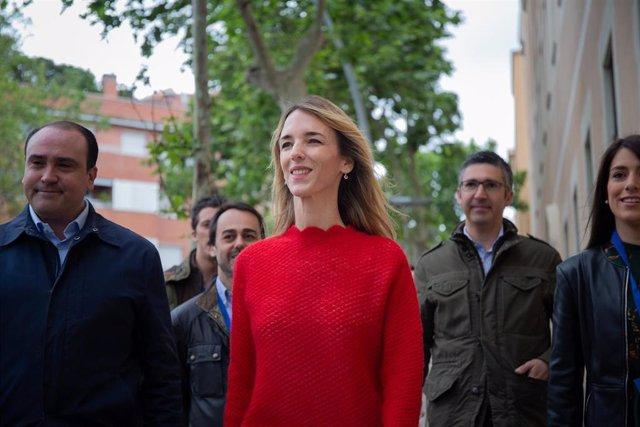 Cayetana Álvarez de Toledo atiende a los medios de comunicación en el Colegio Salesianos de Sarriá en Barcelona el 28 A