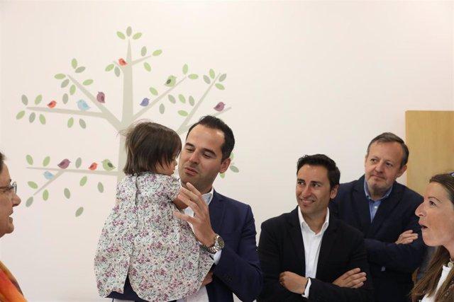El candidato de Ciudadanos a la Presidencia de la Comunidad de Madrid, Ignacio Aguado, visita el centro Down Madrid