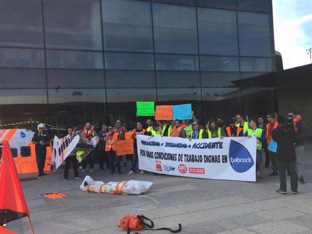 Empleados de la empresa de helicópteros de salvamento y antincendios protestan en Alvedro contra los recortes salariales