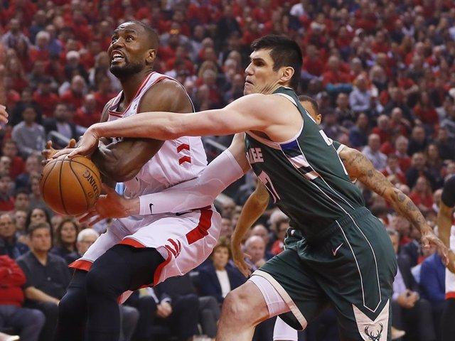 Baloncesto/NBA.- Los Raptors empatan su serie con los Bucks con unos brillantes Ibaka y Gasol