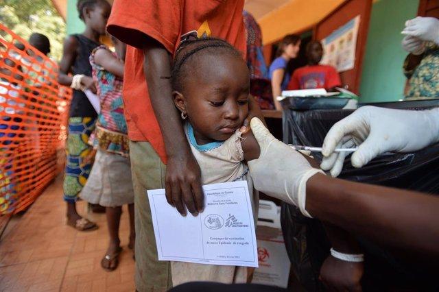 Una niña es vacunada por el proyecto de Médicos Sin Fronteras.