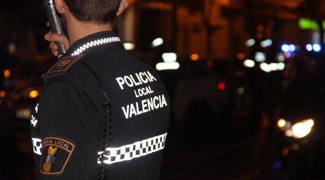 Detingut a València per agarrar del coll i colpejar en el carrer a la seua nóvia de 18 anys
