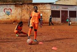 Perseguint el somni de ser futbolista gràcies a una acadèmia per a noies al Camerun (REUTERS / ZOHRA BENSEMRA)