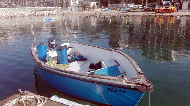 Patera en la que han llegado once personas a la costa de Benidorm