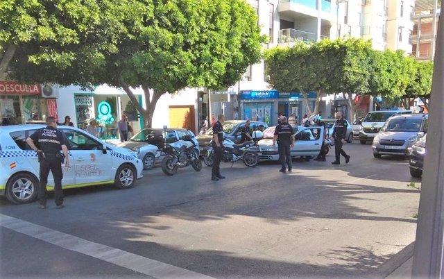 Almería.-Sucesos.-Detenidos tres jóvenes tras atracar una tienda de tecnología de la que han huido en un coche