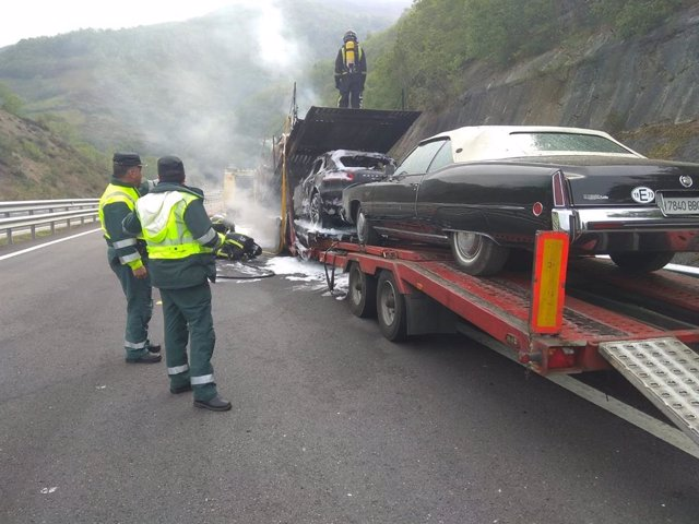 Sucesos.- El incendio en un vehículo articulado obliga a cortar la AP-66 en sentido Oviedo