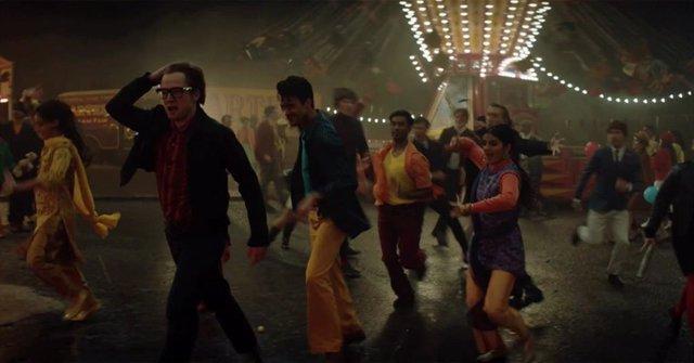 Rocketman: Elton John se desmelena en la feria en este clip en primicia
