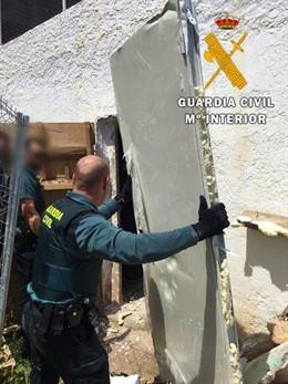 Almería.-Sucesos.-Desmantelan una plantación en un cortijo abandonado de Níjar e intervienen siete kilos de marihuana
