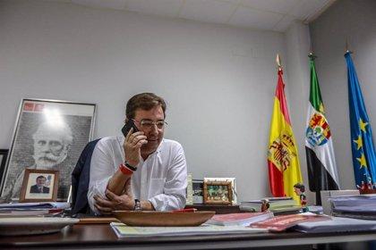 """Vara y su equipo inician una ronda de llamadas telefónicas a """"miles de extremeños"""" para explicarles su programa"""
