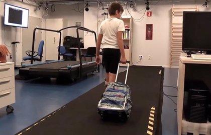 Los escolares que usan mochila con ruedas no deben cargar más del 20% de su peso para no sufrir daños