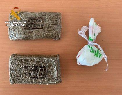 La Guardia Civil detiene a un hombre que portaba cocaina y hachís cuando fue interceptado su vehículo en Navia