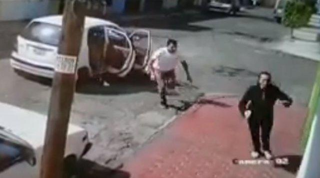 Una mujer logra huir de sus secuestradores y las cámaras de seguridad lo graban todo