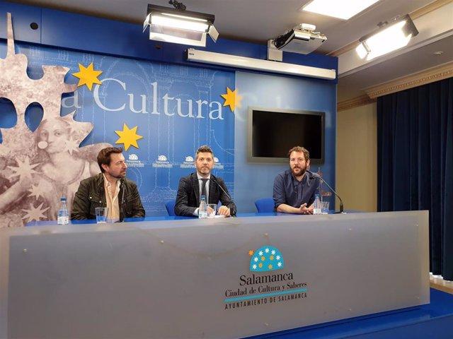 FOTO. FIRMA:EP. Integrantes de Teatro Poniente, junto al concejal Julio López (centro), presentan su nuevo espectáculo
