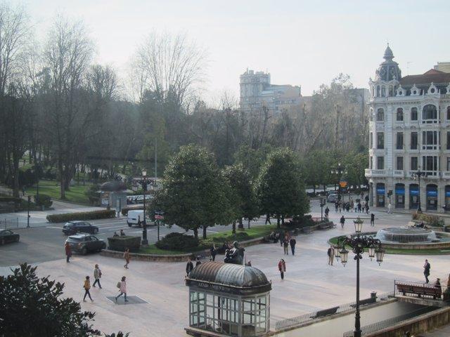 La plaza de la Escandalera de Oviedo en una tarde de sol.