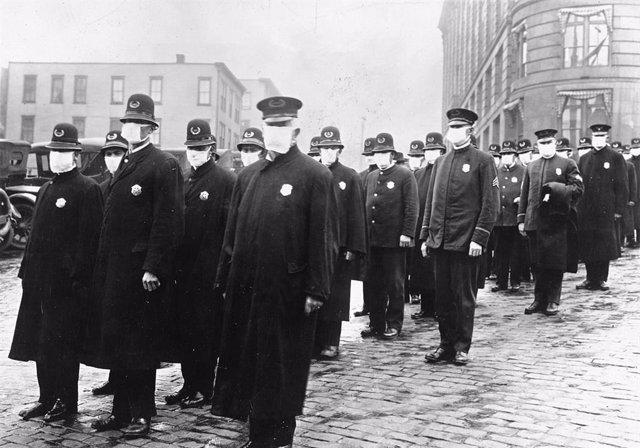 Policías durante la 'gripe española'