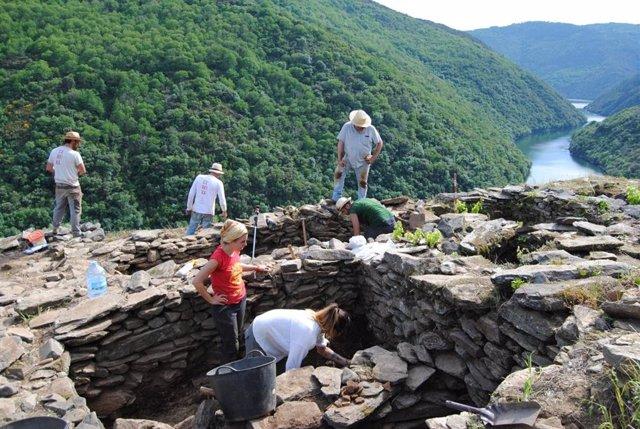 (EMBARGADA HASTA EL VIERNES) Hallan posibles restos humanos prehistóricos en una excavación de la Ribeira Sacra (Lugo)