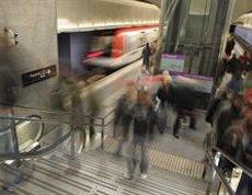 La vaga de Metro de Barcelona obliga a regular els accessos a diverses estacions de la L5 (@TMB - Archivo)