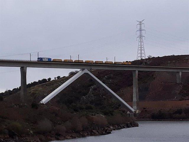 ADIF realiza las pruebas de carga del viaducto sobre el Tera (Zamora) de la línea de alta velocidad Madrid-Galicia