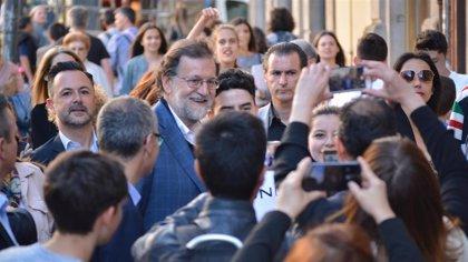 Un Rajoy afónico en el cierre de campaña realiza un paseo por Ourense con multitud de 'selfis'