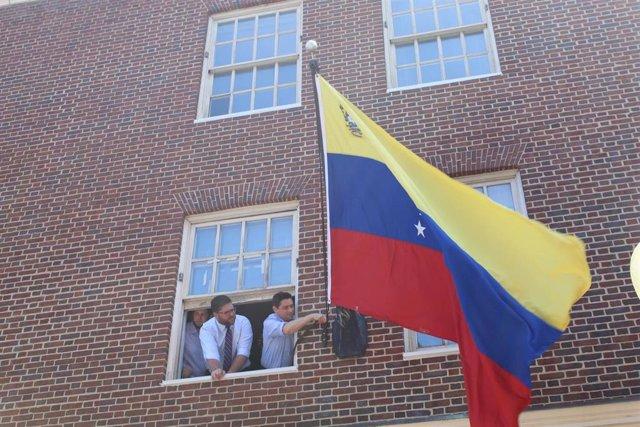 Venezuela.- El 'embajador' de Guaidó en EEUU asume el control de la Embajada en Washington