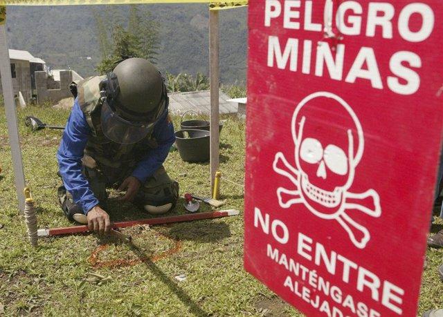 Un soldado busca minas antipersonas durante una manifestación en  Antioquia