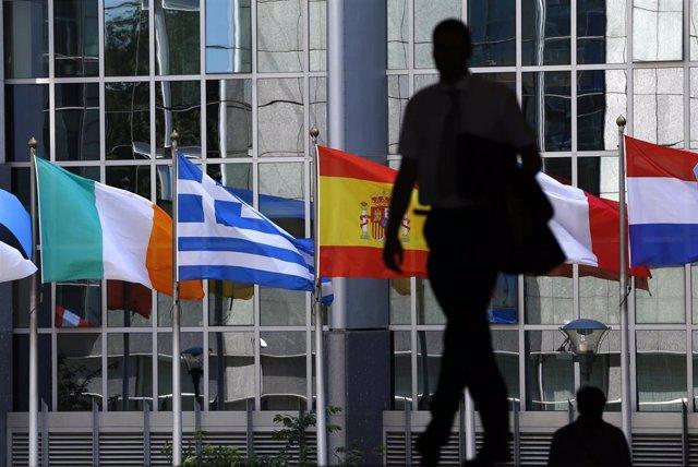Bandera de Grecia, Italia, España, Francia y Alemania frente a la sede del Parla