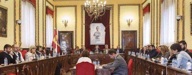 El último pleno ordinario de la legislatura de Ayuntamiento Guadalajara homenajea a las víctimas de violencia machista