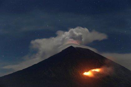 La erupción del volcán del Monte Agung en Bali obliga a cancelar varios vuelos