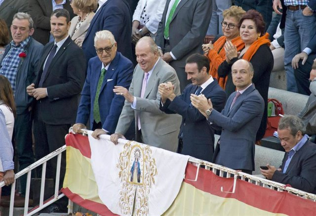 El Rey Juan Carlos disfruta de una tarde de toros con Enrique Ponce