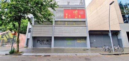 """Hacen pintadas en la sede del PSC de Barcelona acusándoles de ser """"súbditos de Vox"""""""