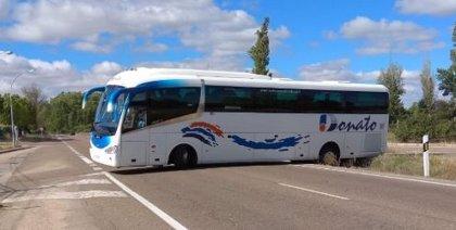 Un autobús se atasca y bloquea la carretera de Rueda de Valladolid durante casi tres horas