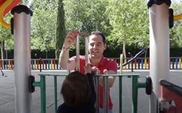 26M.- Aguado Emplea La Jornada De Reflexión En Pasear Y Jugar Con Su Hijo Guillermo En El Parque