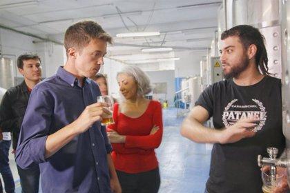 Errejón prueba cervezas artesanales de Carabanchel durante la jornada de reflexión