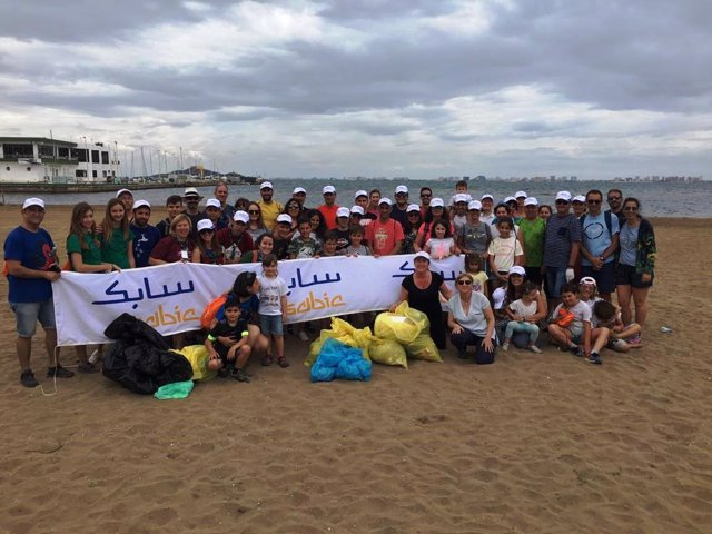 Un centenar de voluntarios de la Fundación SABIC España participan en una recogida de residuos en Los Nietos