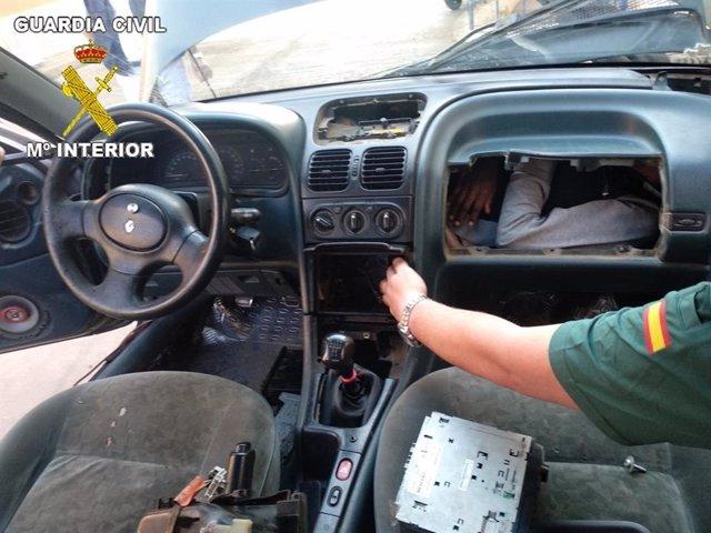 Sucesos.- Localizan a cuatro personas, una menor, en dobles fondos de cuatro vehículos en la frontera de Melilla