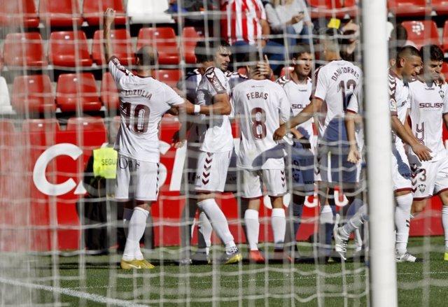 Varios jugadores del Albacete Balompié celebran un gol.