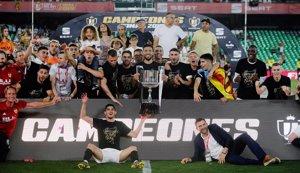 El València enfonsa el Barça i alça la seva vuitena Copa del Rei (REUTERS / JON NAZCA)